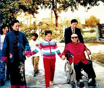 Fotografía de archivo de Xi Jinping (derecha, atrás) con su padre Xi Zhongxun (derecha, frente), su esposa Peng Liyuan (izquierda, frente) y su hija (centro, frente). (PRNewsfoto/CCTV+)